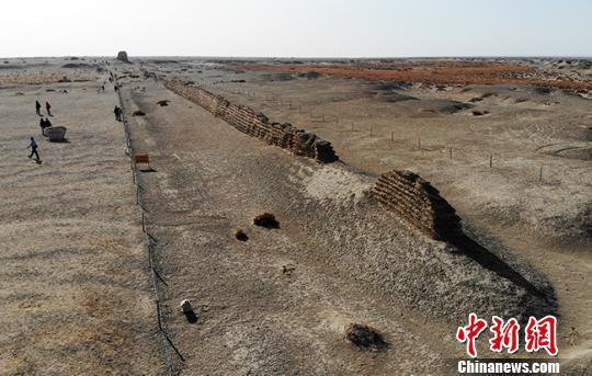 图为甘肃敦煌境内的汉长城遗址。(资料图) 杨艳敏 摄