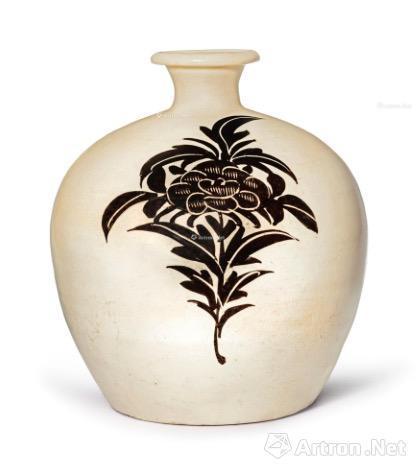 7、北宋/金 磁州窑黑釉堆线纹小口瓶 6.8万美元
