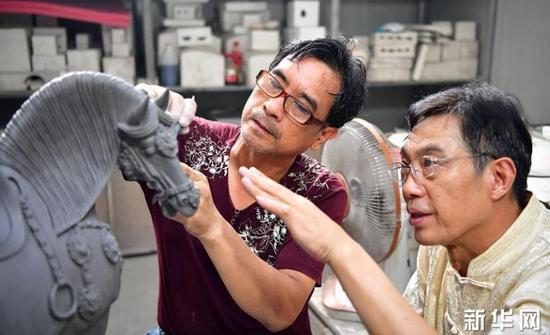 唐三彩烧制技艺代表性传承人高水旺(右)在指导徒弟修胎