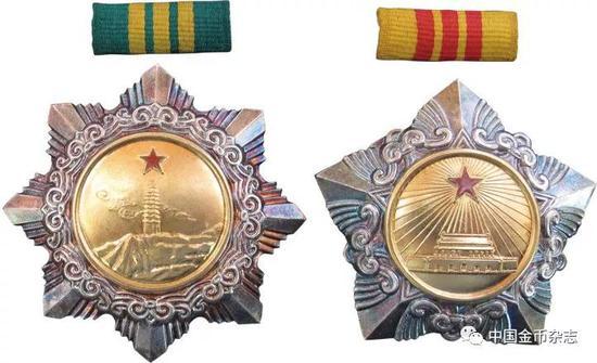 1955年授勋三级八一勋章,独立自由勋章、解放勋章