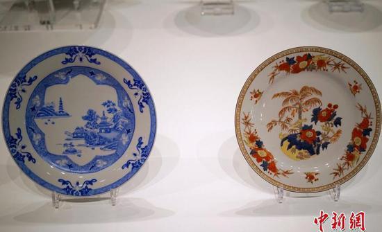 图为中国风篮彩山水楼阁碟(左)和仿英格兰德比郡瓷碟(右)对比展出。