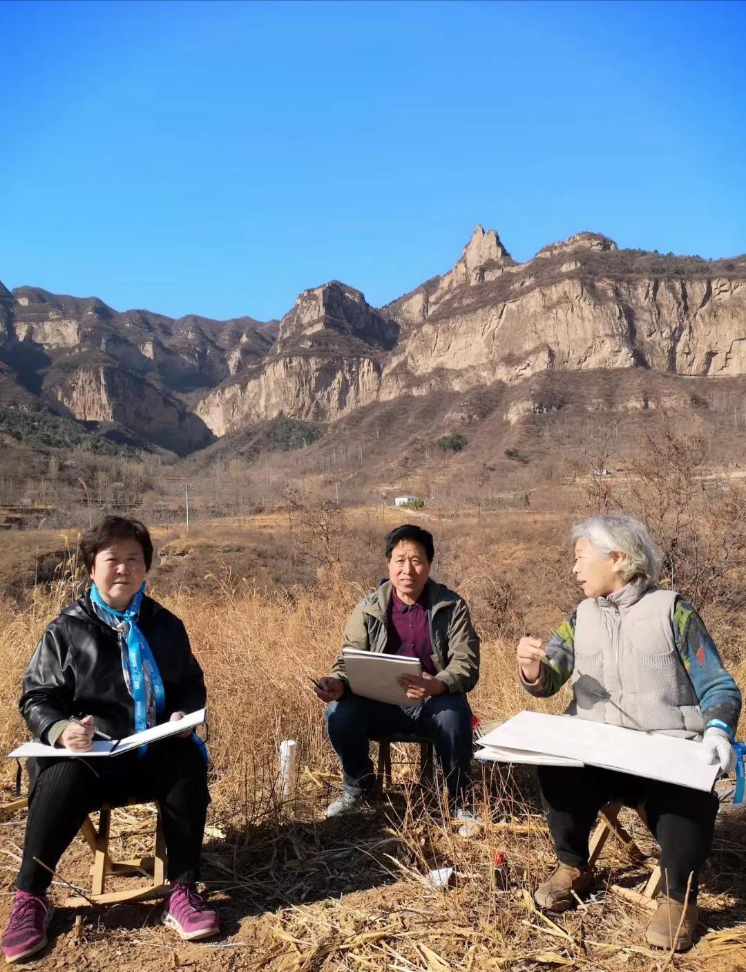 蓝丝带在武夷山,展示者是雅丹老师的志愿者助理施锦升