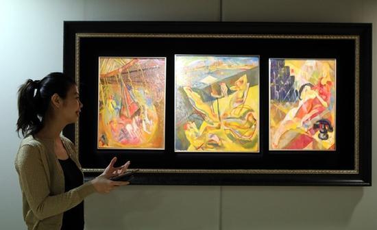 保利香港预展介绍焦点拍品——现代艺术家朱沅芷的三联作《旋转木马;日光浴者;及现代公寓》。(李鹏 摄)