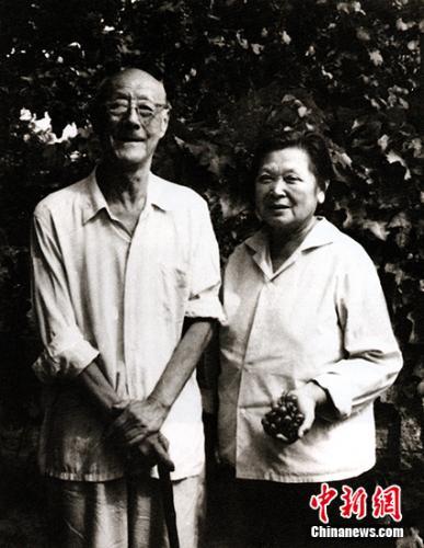 资料图:张伯驹潘素夫妇在长春参观果园后留影。展方供图