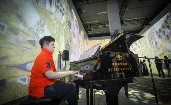 特殊儿童传奇音乐才子刘明康演奏