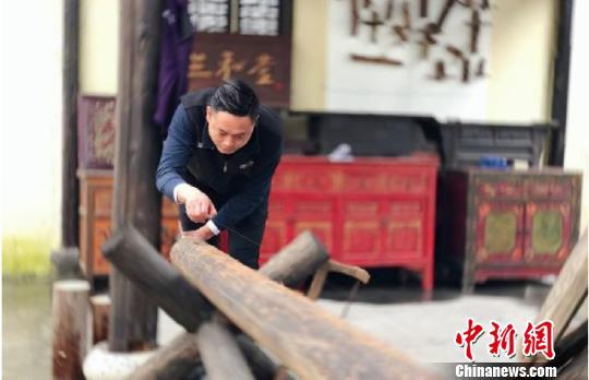 胡亚峰在工作 王嘉斌 摄