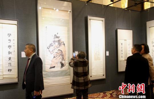 图为民众在参观书画展览。 崔佳明 摄