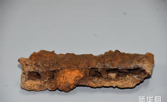 吴山祭祀遗址内出土的铁锸农具(12月7日摄)。 新华社记者都红刚摄