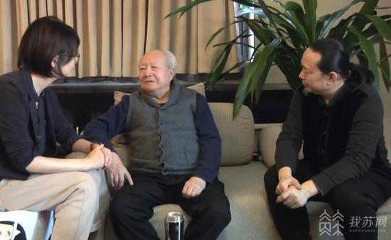 """钱绍武(中)与儿子钱瑞泽(右)和""""我苏人物""""记者(左)交流"""