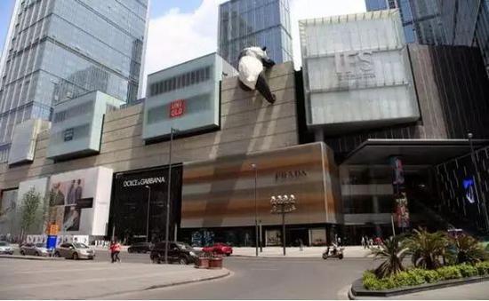 """艺术家劳伦斯·阿金特在成都IFS中创作的""""翻墙熊猫"""""""