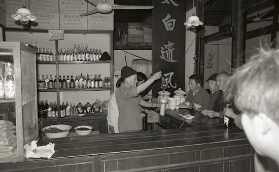 1982年,鲁迅在多部作品中生动描写过的咸亨酒店,浙江绍兴