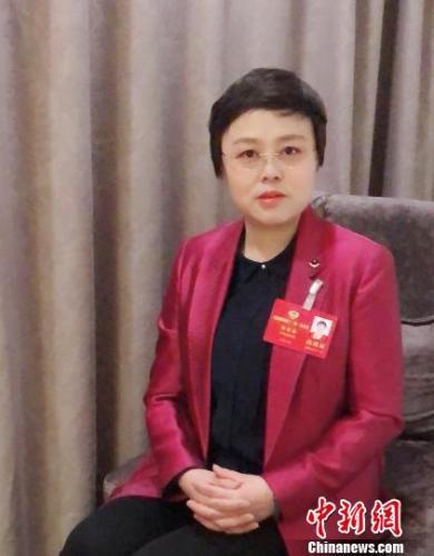 1月17日,河南政协委员程青梅就打造博物馆集群激活民间藏品接受记者采访 李贵刚 摄