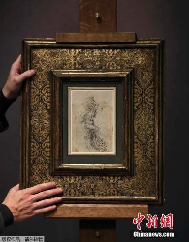 资料图:2017年,法国一家拍卖行展出达芬奇的画作《殉道者圣塞巴斯蒂安》。