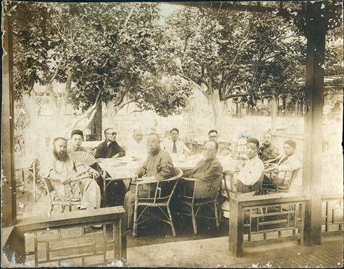 图3.20年代中期(1926或1927年)海上画家雅集,吴昌硕(前右一)、张大千(前左一)、方介堪(左二)、黄宾虹(左三戴墨镜)、于非闇(右二)等合影