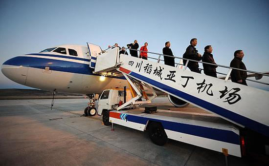 2012年,四川稻城,世界上海拔最高的民航机场启用。