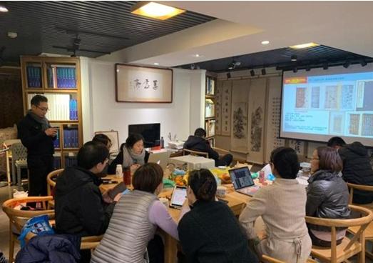 上海交大古书画班的同学们正在研究东京大展的每一件画作