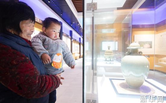1月22日,上虞区上浦镇大善小坞村村民在村里的越窑青瓷馆观看青瓷展品。