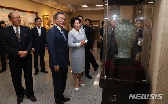 文在寅夫妇参观万寿台创作社(图/纽西斯通讯社)