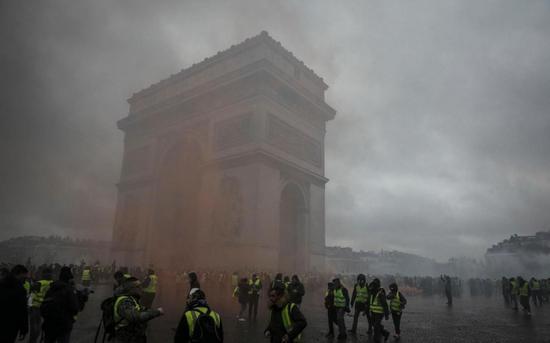 """""""黄背心""""们在12月1日的示威中冲击了凯旋门(图片来源:巴黎人)"""