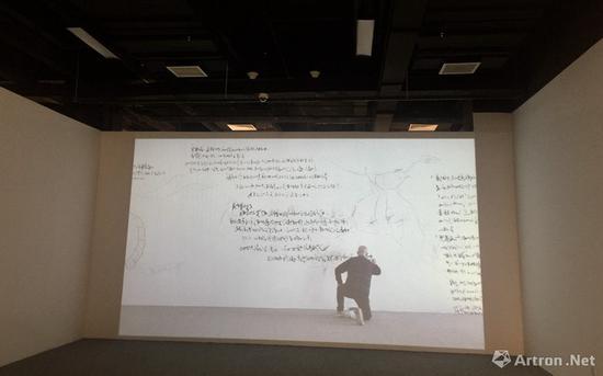 雅昌艺术网:您在书写时候是站在一个平梯上?用了多久时间完成?
