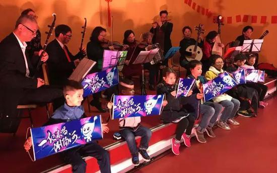 巴黎开心乐队表演的民族乐器《一起来唱浏阳河》