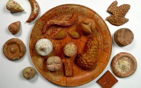 罗马人用赤土陶器摆放食物,包括石榴,葡萄,杏仁,奶酪,意式薄饼等