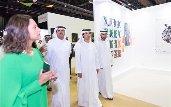 迪拜旅游和贸易推广部部长即迪拜世界贸易中心首席执行官 Helal Saeed Al Marri先生驻足观看