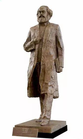 《马克思》,吴为山,高5.5米(4.6米雕塑 0.9米底座),青铜,2018年