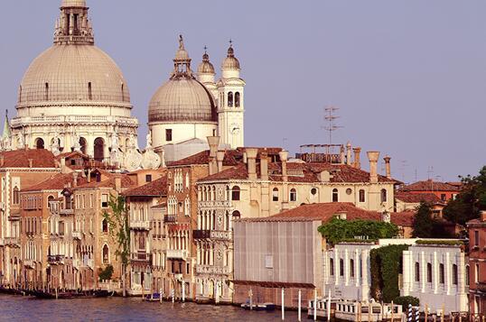 图为资料图片,显示了位于威尼斯大运河河畔的佩吉古根海姆集藏藏馆(右)。