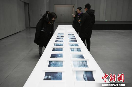 參觀者參觀德國作家歐德勒·達爾格林的作品《藝術家之書》 張瑤 攝