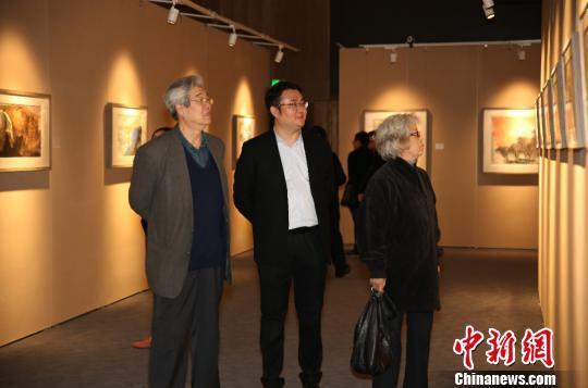 著名画家伉俪杨力舟(左一)、王迎春(右一)在观展 钟欣 摄