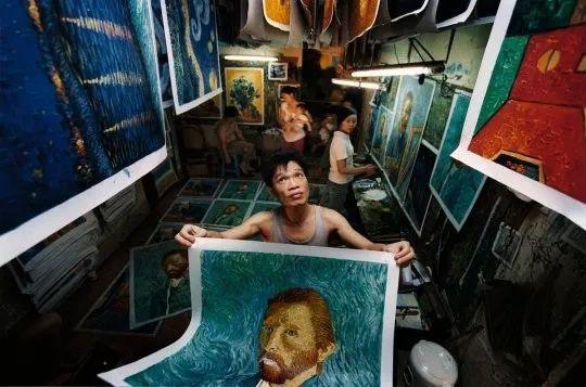 """▲赵小勇""""专画梵高"""",7年间共画梵高作品10万余幅。"""