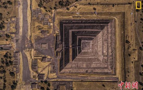 城市组第二名 摄影师:Enrico Pescantini 图片说明:墨西哥特奥蒂瓦坎的亡灵大道。