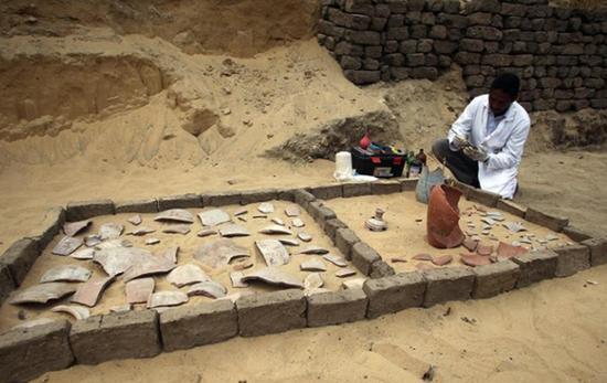 11月10日,在埃及吉萨省塞加拉,考古学家在挖掘现场工作。