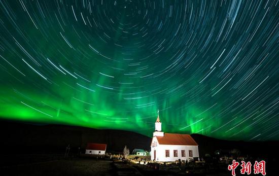 摄影师拍星之轨迹 夜空有如绚烂万花筒