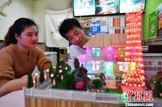 徐瑞斌和妻子一起欣赏自己的竹签工艺作品。 翟羽佳 摄