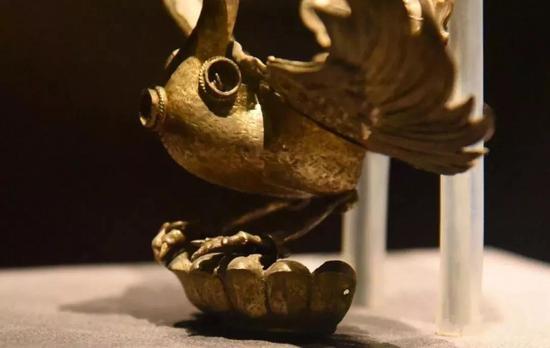 金翅鸟头部和脚部细节