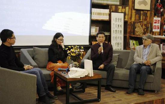 香港国际佛教文化研究会会长、国家教育部文物修复教学专指委专家、非遗研究专家蔡琨先生(右2),新浪当代艺术频道总监、艺评人陈晓峰先生(右1)