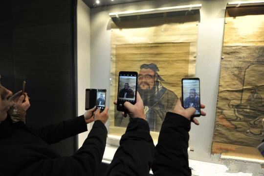 孔子博物馆11月26日在孔子故里曲阜正式开馆试运行,社会各界人士参观展览。