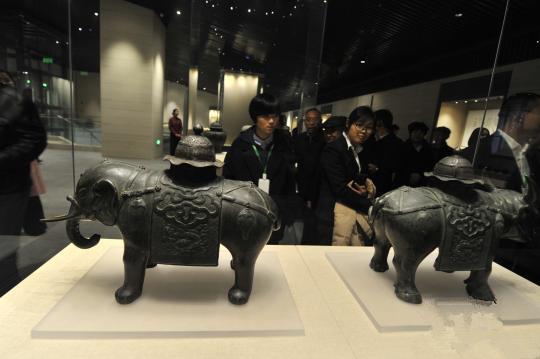 孔子博物馆11月26日在孔子故里曲阜正式开馆试运行,首批展出文物2500件(组)。