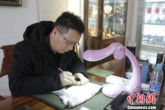 邹溪在自己工作室微雕作品 陶拴科 摄