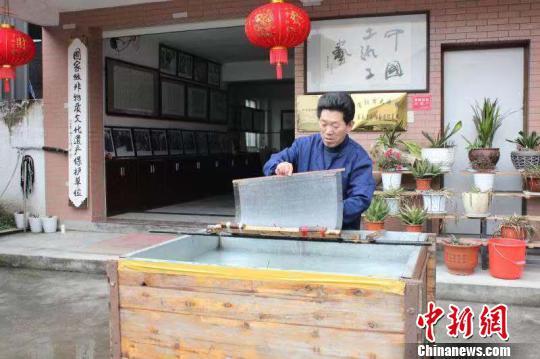 庄富泉正在制作竹纸。 彭晓霞 摄