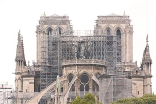 这是4月16日在法国巴黎拍摄的火灾后的巴黎圣母院。 新华社记者 高静 摄
