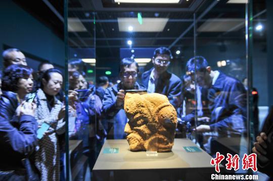 观众观看红山文化文物。 于海洋 摄