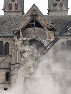 图为 2018 年 1 月 8 日拍摄的资料图片,显示了拆毁中的圣兰伯特斯教堂。图片来源:法新社/德意志新闻社/汉宁?凯泽。