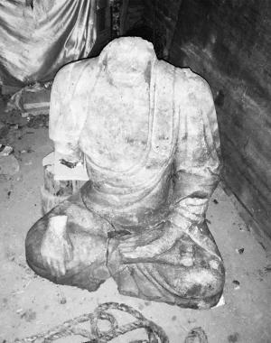 ■出土的佛造像缺少头部。