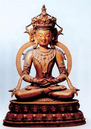 图八 阿弥陀佛。高29cm 15世纪 故宫博物院藏