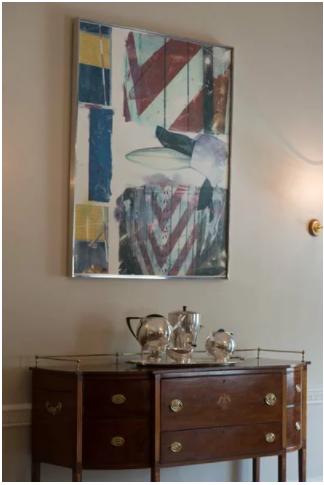 白宫住所中的罗伯特-劳森伯格作品《 Early Bloomer [Anagram (a Pun)] 》,银器,以及曾属于Daniel Webster的一个新英格兰餐具柜。图片:by Matthew D'Agostino,2016