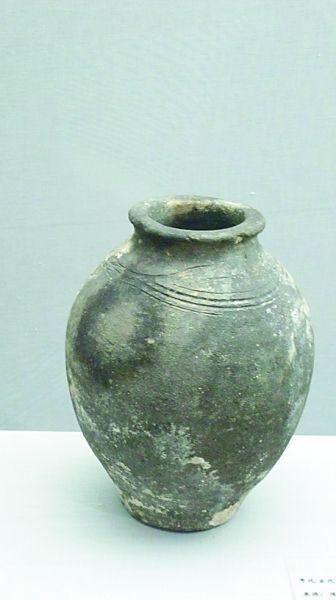 达勒特古城出土的黑陶罐。王瑟摄/光明图片