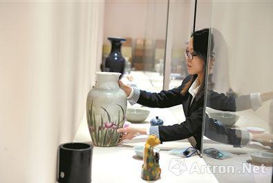 文博城的店员正在整理瓷器。